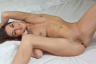 Baixar menina nua com uma aparência bonita, vagina e seios.