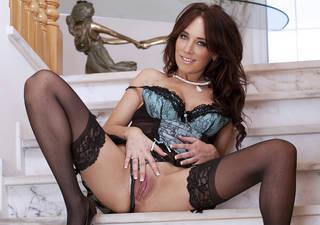 Mujer atractiva con una acogedora vagina.